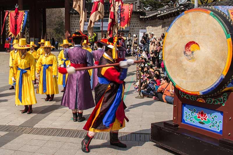Image of changing guards at Deoksu Palace, Seoul