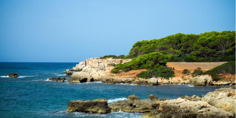 an image of a coastal hiking path near Santo Tomas, Menorca